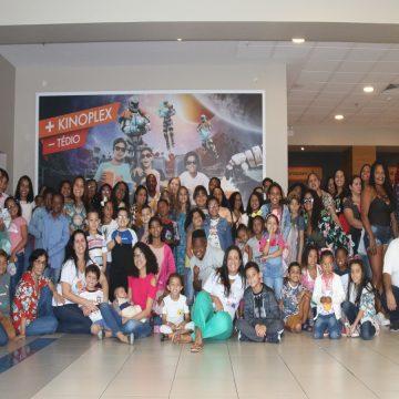 Crianças em tratamento do câncer vão ao cinema para sessão especial